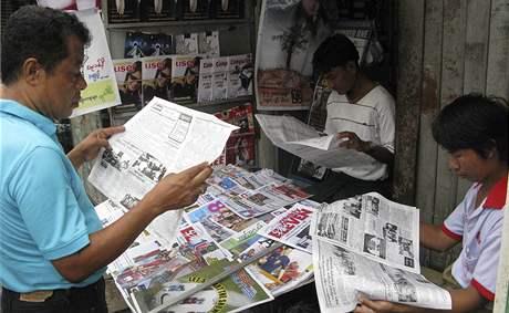 Barmánci si čtou u trafiky noviny