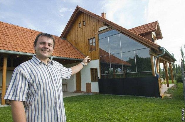 Trombeho st�na, ji� na dom� ukazuje Tomá� Merxbauer, vyu�ívá slune�ní zá�ení k p�itáp�ní