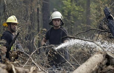 Ruští hasiči bojují s ohněm v okolí Moskvy. (10. srpna 2010)