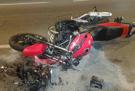 Srážka motorky a osobního auta v Argentinské ulici v Praze. (10. srpna 2010)