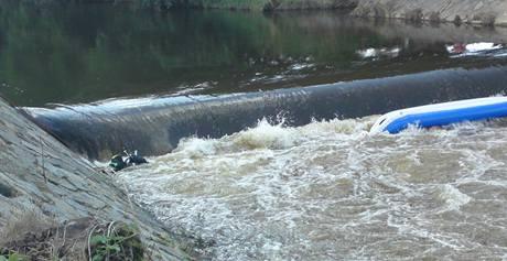 Hasiči pátrají po vodákovi, jehož člun se převrátil pod jezem na řece Chrudimce. (11. srpna 2010)