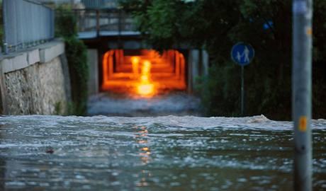 Rozvodněný Klíšský potok zalil Tovární ulici v Ústí nad Labem, která přímo sousedí s chemičkou Spolchemie. (12. srpna 2010)