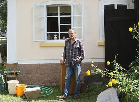 Cyril Osvald bydlí v Chřibské jen pár metrů od Kamenice v Roubence. Víkendové přívaly vody poničily zahradu a kůlnu. Pokud jde o dům, hladina se zastavila u druhého schodu. Voda se ale do budovy dostala spodem novodobou šachtou na plyn.