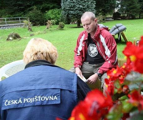 Terénní pracovnice České pojišťovny Alena Nevolová sepisuje škody z povodní s Tomášem Oktábcem ze Srbské Kamenice na Děčínsku.