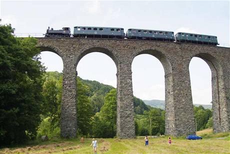 Mohutné pilíře viaduktu nesou 14 oblouků.