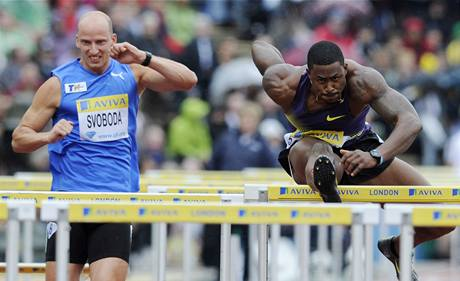 Američan David Oliver si běží pro vítzěství v závodě na 110 m překážek, vedle něj Petr Svoboda.