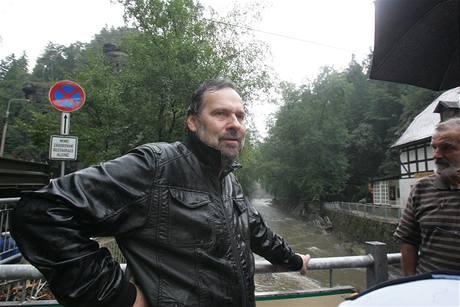 Ministr vnitra Radek John v povodní poničeném Hřensku se starostou Josefem Černým. (12. srpna 2010)