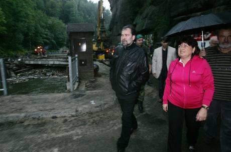 Ministr vnitra Radek John v povodní poničeném Hřensku s hejtmankou Ústeckého kraje Janou Vaňhovou. (12. srpna 2010)