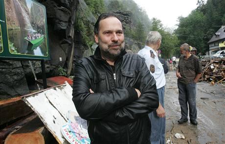 Ministr vnitra Radek John v povodní poničeném Hřensku. (12. srpna 2010)