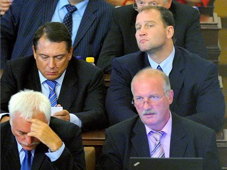 Poslanci ČSSD Jiří Paroubek a Jiří Šlégr při jednání Poslanecké sněmovny. (10. srpna 2010)