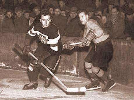 Augustin Bubník (vlevo) hraje měsíc před zatčením během přípravy na mistrovství světa 1950 proti Harringy Racers v Praze.