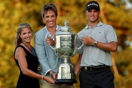 Alison Michelettiová (vlevo) a Martin Kaymer (vpravo) s Wanamaker Trophy, pohárem pro vítěze PGA Championship.