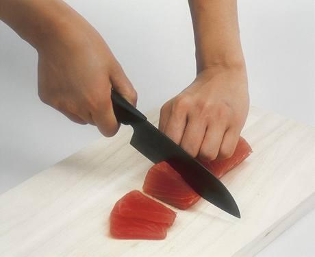 Tenké plátky rybího masa vyžadují jednostranné broušení čepele, tento způsob dodržují i keramické nože