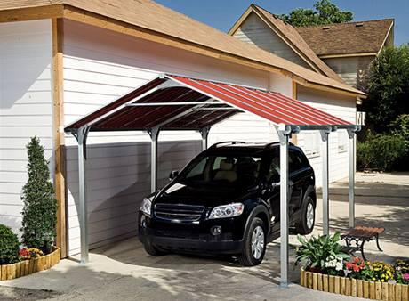 Dodatečně řešený přístřešek bývá někdy nezbytností, sladit pak už lze třeba jen tvar střechy