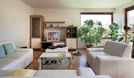 Na sedací soupravu v obývací části se vejde i velká návštěva