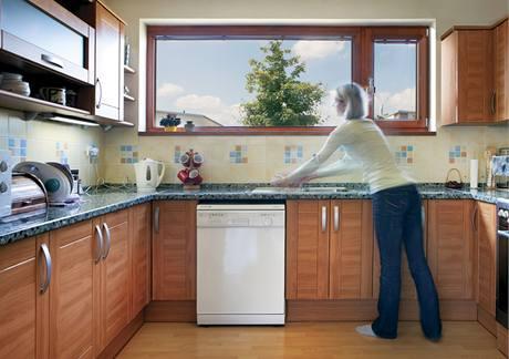 Kuchyňská linka s rozměrnou pracovní plochou je praktická