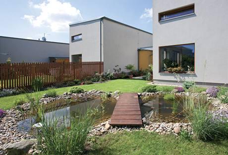 Vybudování zahrady s jezírkem stálo pána domu nemalé úsilí