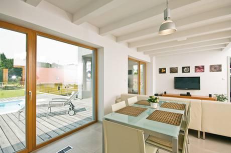 Dřevěné lepené vazníky stropu ve spodním bytě nebyly ve shodě se snahou o maximální vzdušnost prostoru zakryty sádrokartonem