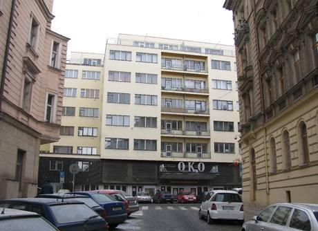 Z čelního pohledu je patrné, že blok bankovních domů má oproti původní zástavbě dvojnásobnou šířku