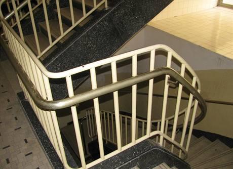 Původní funkcionalistické prvky schodišťového zábradlí se zachovaly i do současnosti