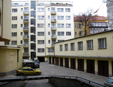 Vjezd do dvora: ve vnitrobloku je dost parkovacích míst i krytých garážových stání