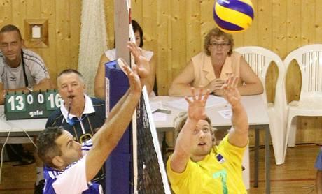 Boj na síti? český reprezentant Jiří Popelka (v modrém) stínuje australského nahrávače Matthewa Younga