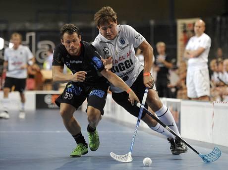 Daniel Calebsson (vlevo) z Pixbo Wallenstam bojuje s Billym Nilssonem z IK Sirius IBK ve finále turnaje Czech Open