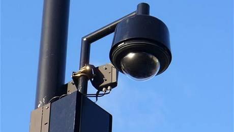 Kamera s bezdrátovým připojením dokáže ze sloupu poulučního osvětlení sledovat celé své okolí (Londýn)
