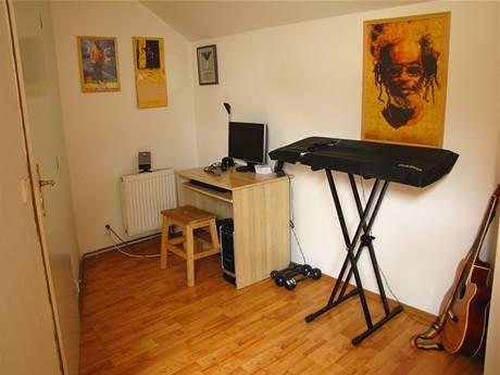 Za dveřmi do ložnice je malé pracovní místo s PC a hudební koutek
