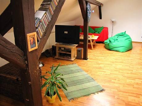 Dřevěné trámy slouží jako zajímavý úložný prostor