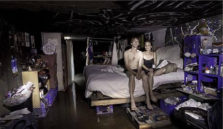 Steven a Kathryn ve své provizorní ložnici v tunelu pod Las Vegas. Steven kvůli své drogové závislosti přišel o práci. Dnes se živí vybíráním zapomenutých mincí v automatech