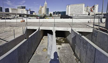 V protipovodňových tunelech pod Las Vegas žijí stovky bezdomovců. Denně je ohrožují jedovatí pavouci, infekce, vlhko a nedostatek světla a vzduchu