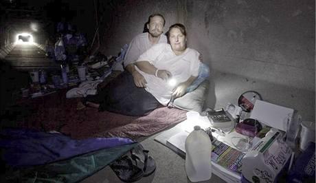 Manželé Amy a JR žijí v tunelu třetím rokem. Mají zde své knihy, CD přehrávač, oblečení a fotografii svého již zesnulého syna. Nejvíce se bojí povodní a jedovatých pavouků