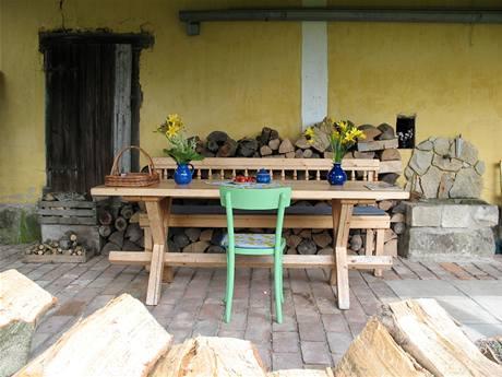 Dřevěný nábytek je vyrobený na zakázku od místního truhláře