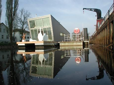 Silberfish kotví v německém přístavním městě Oldenburg