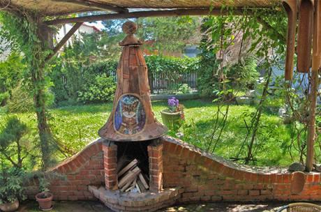 Krb zdobí keramická mozaika s podobou kocoura Piškota