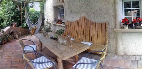 Dřevěná lavice je autorským dílem majitele