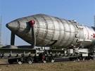 Nosná raketa Proton-M s telekomunikační družicí putuje na rampu.