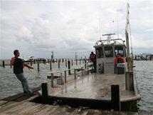 Loď Retriever opouští jako jedna z posledních přístaviště na Grand Isle kvůli blížící se bouři