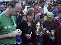 Zahraniční turisté se účastní svíčkového pochodu za oběti záplav v indickém Kašmíru (12. srpna 2010)
