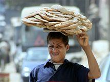 Mladý Egypťan s arabským chlebem v Káhiře