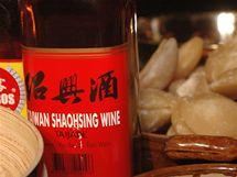 Rýžové víno dnes koupíte v téměř každém supermarketu v koutku s exotickými pochutinami