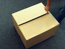 Najděte si starou lepenkovou krabici