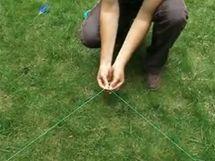 Tam, kde se tří- a čtyřmetrový provázek setkají, vznikne pravý úhel