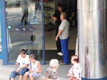 Zákazníci před brněnským obchodním domem Vágner, kde kvůli výpadku proudu nefungovala elektřina. (13. srpen 2010)