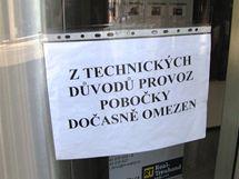 Uzavřený vstup do brněnské pobočky Raiffeisenbank v Brně kvůli výpadku proudu. (13. srpen 2010)