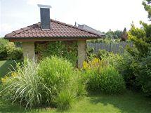 Vzhledem k tomu, že o trávník se stará robotická sekačka, je zahrada téměř bezúdržbová