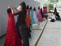 Floristé zdobí společenské šaty na Floře Olomouc 2010