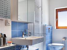 Spojení lesklé modré a bílé je charakteristické pro koupelnu v patře