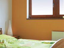 Oranžová výmalba oživuje pokoje v horním patře